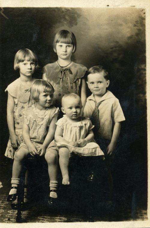 1930sGenevaChildwithsiblings