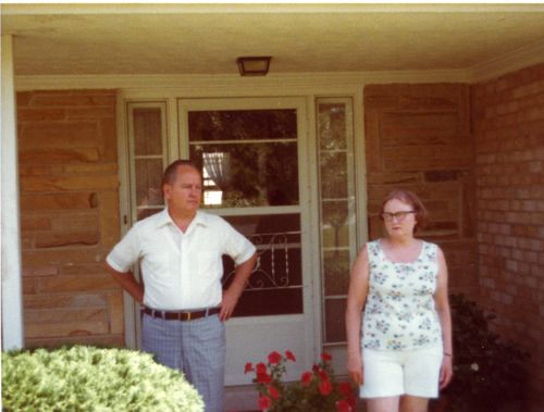 1977GandKinfrontofhouse